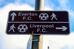 Wegweiser zu Everton- und Liverpool-Fußball schlagen mit einer Keule Stockfotos