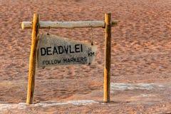 Wegweiser zu verstecktem Vlei in Namibischer Wüste Lizenzfreies Stockfoto