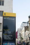 Wegweiserbeitrag in Mayfair Stockbilder