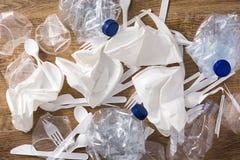 Wegwerfabfall Plastik auf Holz lizenzfreie stockbilder
