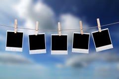 Wegwerfbare Fotofelder, die im Seil hängen Lizenzfreie Stockbilder