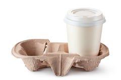 Wegwerfbare Kaffeetasse in der Papphalterung Stockfotos