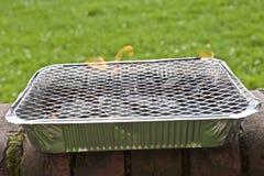 Wegwerfbarer Folie BBQ. Vorgewählter Fokus Lizenzfreies Stockfoto