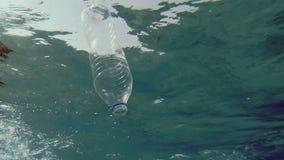 Wegwerfplastikflaschen-Verschmutzung stock footage