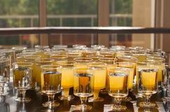 Wegwerfschalen mit Getränken am Tisch Stockfoto