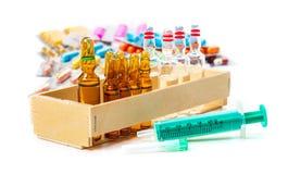 Wegwerfspritze, Ampullen, Impfstoff, Tabletten lizenzfreies stockfoto
