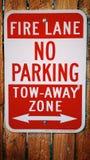 Wegzeichen des Parkverbotschleppseiles Lizenzfreies Stockfoto