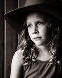 Wehmütiges kleines Mädchen im Cowboy Hat Stockfotos