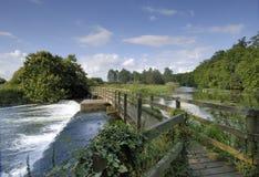 Wehr über dem Fluss Avon, Hampshire Stockfotos