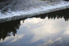 Wehr auf dem Fluss Stockfotos