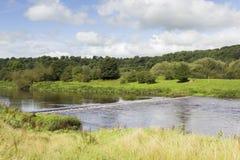 Wehr auf dem Fluss Ribble nahe Preston stockfotos