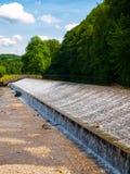 Wehr auf Jizera-Fluss nahe Dolanky, Turnov, Tschechische Republik lizenzfreies stockbild