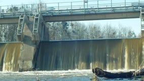 Wehr auf Morava-Fluss, Wasserkraft-Station, im gefrorenen Wasser des Winters, das unten mit dem Eis und Eiszapfen, zentral fließt stock footage