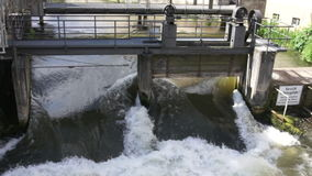 Wehr, Regnitz-Fluss in Bamberg, Deutschland stock video footage