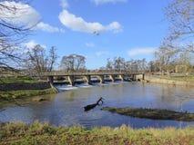 Wehr und Steg über Fluss lizenzfreie stockbilder