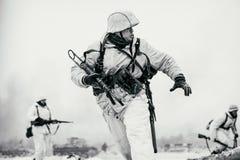 Wehrmachtmilitairen in aanval De Zwart-witte foto van Peking, China Stock Afbeelding