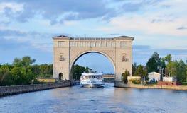 Wehrschütze auf dem Fluss Volga, Russland mit Kreuzfahrtboot Lizenzfreie Stockfotos