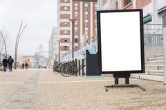 Weiß befestigte Anschlagtafel in einer Fußgängerzone lizenzfreies stockfoto