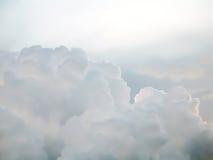 Weiß bewölkt Hintergrund auf Himmel. Stockfotos