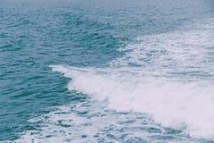 Weiß bewegt auf blauen Ozean wellenartig stockbild