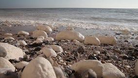 Weiß bewegt an den weißen Steinen wellenartig. stock video