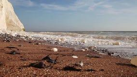Weiß bewegt an den Wellenklippen wellenartig. stock footage