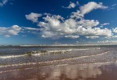 Weiß bewegt mit weißen Kumulus-Wolken wellenartig Lizenzfreie Stockfotografie
