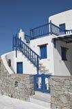 Weiß-blaue klassische Architektur der Häuser Lizenzfreie Stockbilder