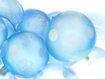 Weiß-blaue Weihnachtskugeln stockbild