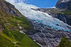 Weiß-blauer Eisberg auf dem Berg in Norwegen Stockbild
