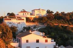 Weiß bringt alten Stadtgebirgssonnenuntergang unter Lizenzfreie Stockfotografie