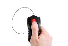 Weiß, das einen roten Knopf auf einer schwarzen kleinen Fernbedienung von Hand eindrückt Lizenzfreie Stockfotos