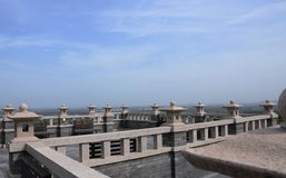 Weiß des blauen Himmels bewölkt Architektur lizenzfreie stockbilder