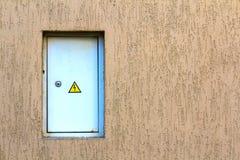 Weiß eingehängter Stromversorgungskasten auf der Wand Elektrische Platte mit stockfotos