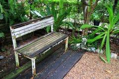Weiß farbige alte Holzbank im Garten Lizenzfreies Stockbild