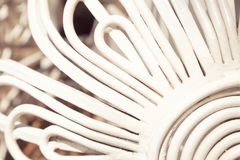 Weiß gebogener Metallstangenhintergrund Stockfotografie