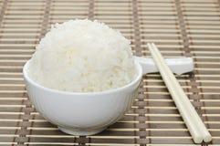 Weiß gedämpfter Reis in der keramischen Schüssel Lizenzfreie Stockbilder