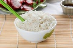 Weiß gedämpfter Reis in der weißen runden Schüssel Lizenzfreie Stockfotografie