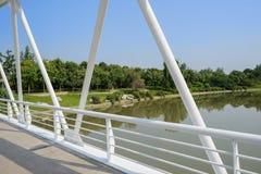 Weiß-gemalte Binder und Leitschiene der Brücke über Fluss im sunn lizenzfreie stockbilder