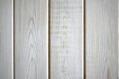 Weiß gemalte hölzerne Bretter in Folge Stockfoto