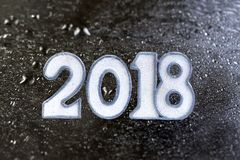 Weiß 2018 geschrieben auf ein schwarzes Stein oder Schiefer booard gegen Wassertropfenhintergrund Stockbild
