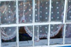 Weiß gestaltete Glasfenster mit farbigen beschmutzten Vorhängen Lizenzfreie Stockfotos