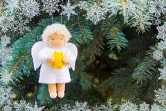 Weiß glaubte Weihnachtsengel mit gelbem Stern in den Händen auf TannenWeihnachtsbaum mit Schneeflocken lizenzfreie stockbilder