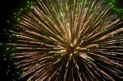 Weiß-grüne Feuerwerke Lizenzfreie Stockfotos