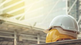Weiß, harter Schutzhelmhut des Gelbs für Sicherheitsprojekt von workm Lizenzfreie Stockbilder