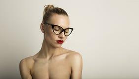 Weiß-Hintergrund Porträt-hübscher recht junger Damen-Long Hair Empty Schönheits-Lieblichkeits-Mode-Leute-Foto Reizvolle Frau Lizenzfreies Stockfoto