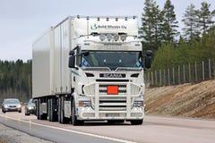 Weiß kundengebundener Scania-Fracht-LKW auf der Straße Stockfotografie