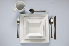Weiß, quadratischer Abendessensatz mit Tischbesteck Stockfotos