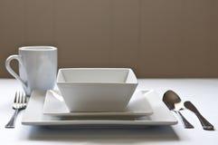 Weiß, quadratischer Abendessensatz mit Tischbesteck Stockbilder