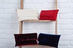 Weiß, rot, Burgunder und blaue Frauen s bauscht sich lizenzfreies stockbild